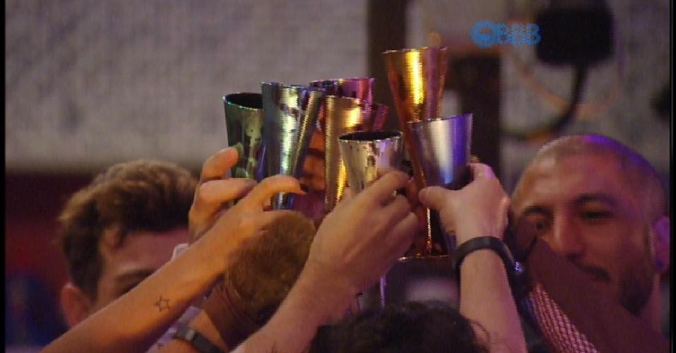 "14.mar.2015 - Brothers brindam em festa do ""BBB15"""