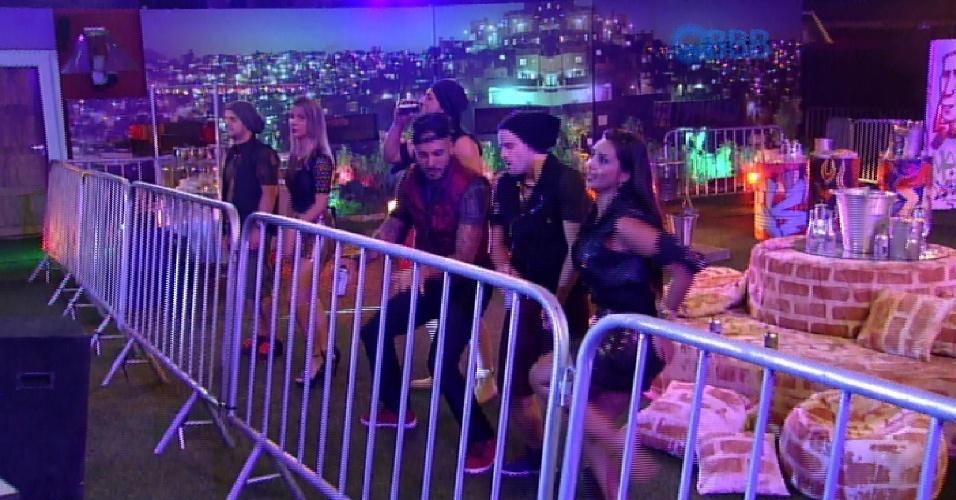14.mar.2015 - Brothers curtem o show de Anitta. Rafael, Fernando e Amanda dançam juntos