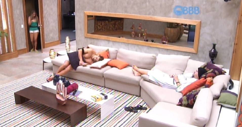 14.mar.2015 - Cézar e Rafael estranham a demora de Andressa em fazer o Raio-X. O que eles não imaginam é que, na verdade, ela trocou de lugar com a irmã gêmea, Amanda