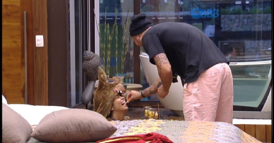 14.mar.2015 - Fernando brinca de adestrar Amanda, que está fantasiada de lobo