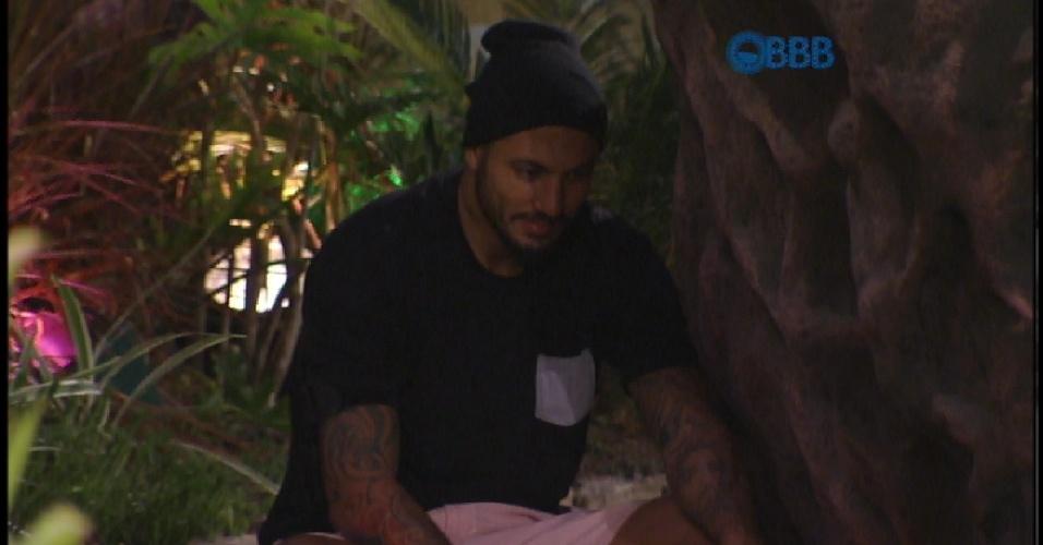14.mar.2015 - Fernando se esconde para assustar Amanda