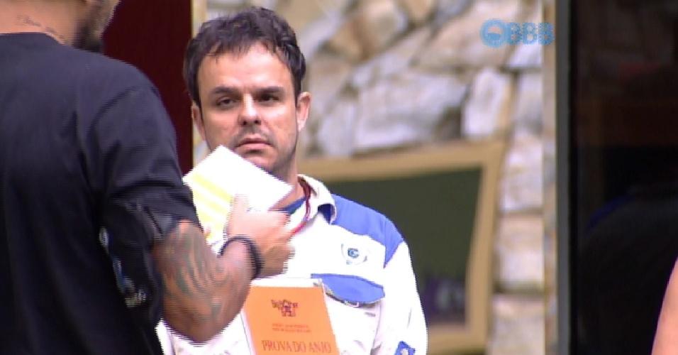 14.mar.2015 - O líder Fernando lê quais foram os tempos que cada um fez na prova