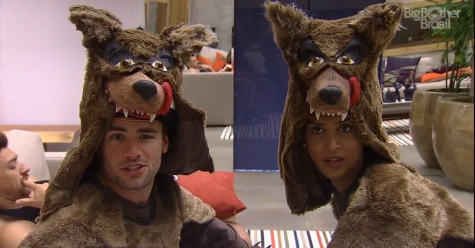 14.mar.2015 - Rafael e Amanda vestidos de monstro, e preparados para cumprir o castigo do monstro