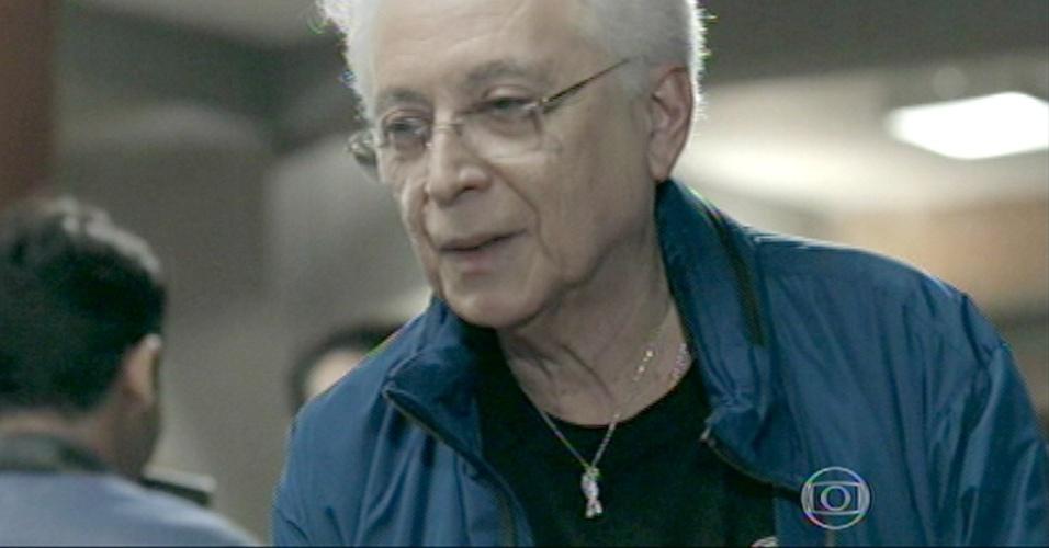 Aguinaldo Silva faz participação especial e pede autógrafo para Téo Pereira