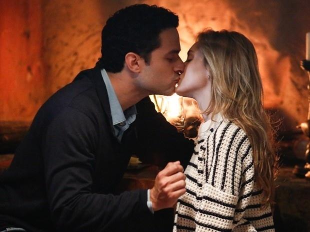 Edgar (Fernando Belo) e Júlia (Isabelle Drummond) se beijam em