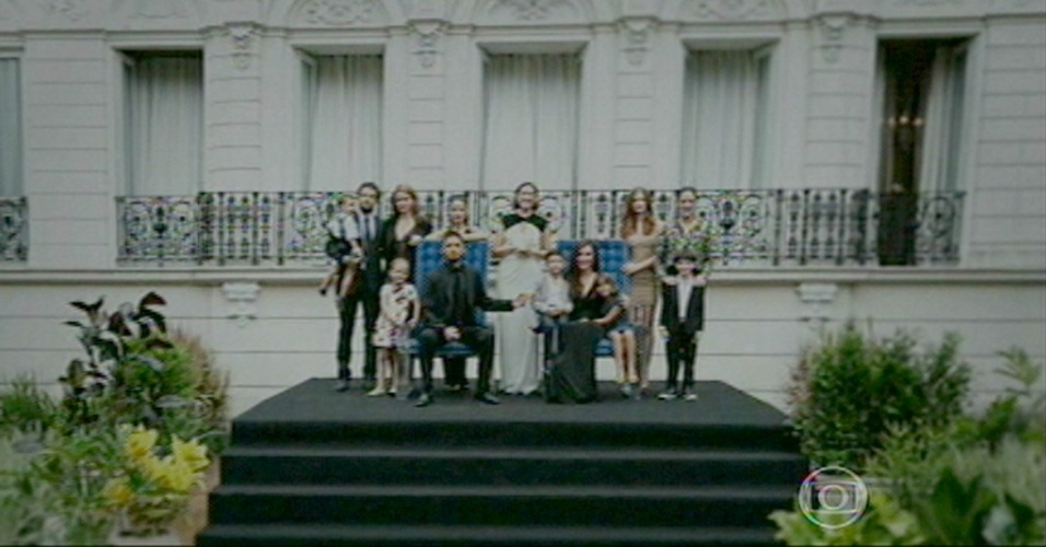 Família posa para a foto oficial com João Lucas como todo do Império