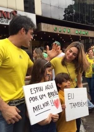 Rachel Sheherazade e família durante manifestações em São Paulo - Reprodução/Twitter/RachelSherazade