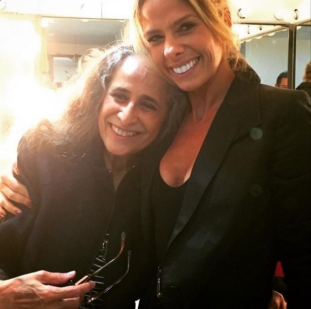 15.mar.2015 - Adriane Galisteu não resistiu e tietou Maria Bethânia após o show da cantora em São Paulo