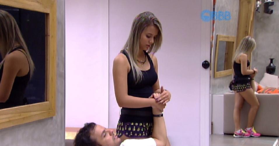 15.mar.2015 - Adrilles ganha carinho na mão de Andressa, uma das gêmeas que está na casa tentando enganar os brothers.