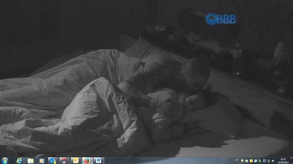 15.mar.2015 - Amanda ganha beijo de Fernando no quarto do líder após uma festa surpresa em pleno sábado