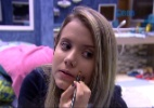 Andressa passa maquiagem e tenta disfarçar pinta diferente da irmã gêmea - Reprodução/TV Globo