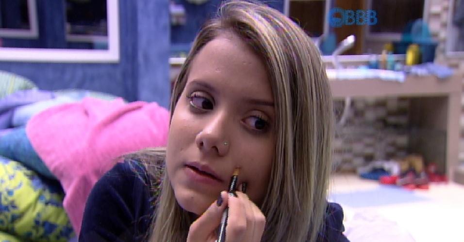 15.mar.2015 - Andressa, uma das gêmeas infiltradas na casa para enganar os brother, passa maquiagem na manhã deste domingo. Na imagem, ela tenta disfarçar uma pinta que tem no rosto, que é um pouco diferente da que a irmã possui