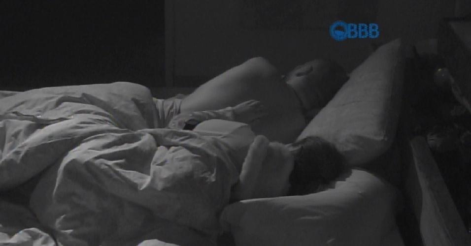 15.mar.2015 - Após ganhar beijo de Fernando, Amanda faz carinho nas costas do líder durante a madrugada