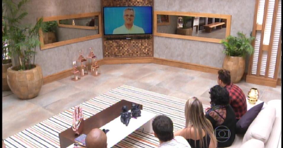 15.mar.2015 - Bial fala com os brothers para prova da comida de verdade