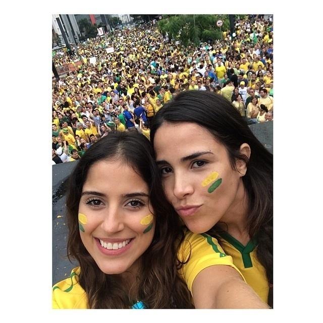 15.mar.2015 - Camilla Camargo posou ao lado da irmã, a cantora Wanessa, que cantou o hino nacional durante protesto em São Paulo