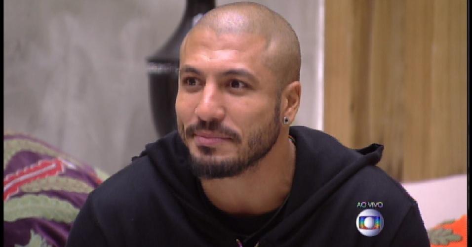 15.mar.2015 - Fernando anuncia decisão do grupo