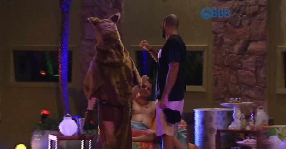 15.mar.2015 - Fernando avisa que vai dormir e os 'lobinhos', Rafael e Amanda, seguem junto com o líder
