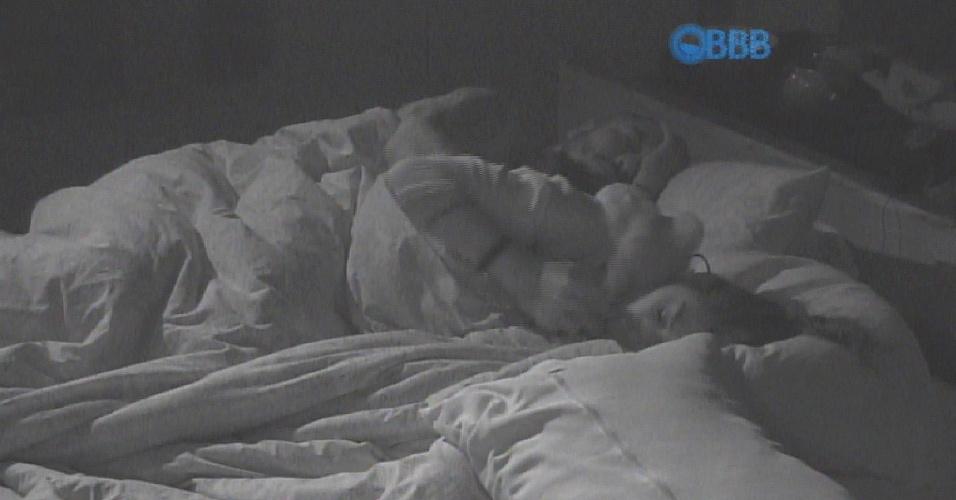 15.mar.2015 - Fernando e Amanda, após trocas de carícias durante a madrugada, enfim dormem agarradinhos e de concinha