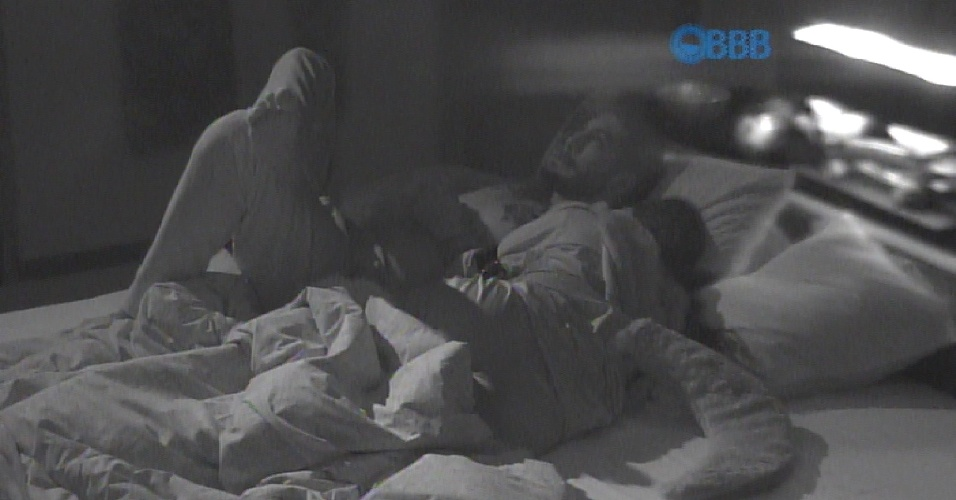 """15.mar.2015 - Fernando e Amanda dividem a cama no quarto do líder e volta a falar do relacionamento entre eles e também sobre Aline. """"Tenho medo das pessoas não me desculparem"""", disse Fernando"""