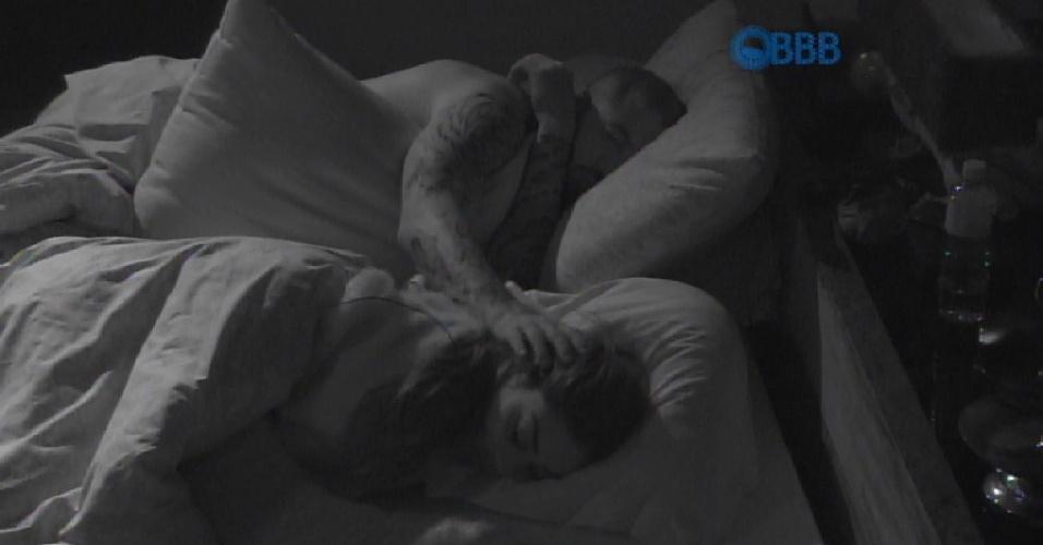 15.mar.2015 - Fernando retribui os carinhos de Amanda e faz cafuné na empresária paulista antes de dormir