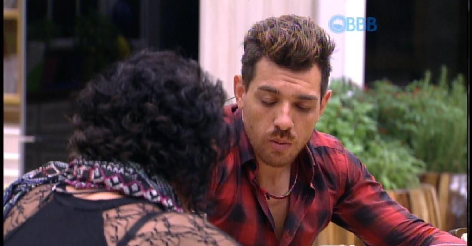 """15.mar.2015 - Mariza e Cézar criticam jogo de Rafael no """"BBB15"""""""