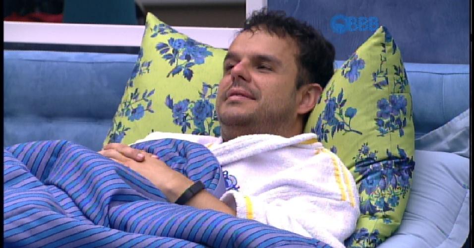 15.mar.2015 - Mariza sugere que Adrilles ocupe a cama de casal do quarto azul, que era de Fernando