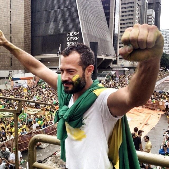 15.mar.2015 - O ator Malvino Salvador participou da manifestação em São Paulo