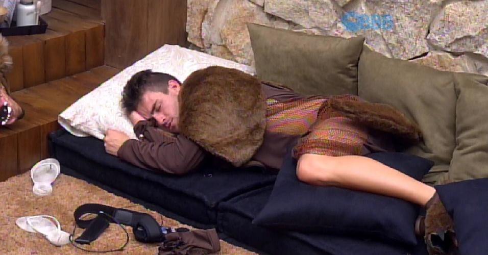 15.mar.2015 - Rafael dorme no quarto do líder Fernando, mas fica no chão para deixar a cama para Amanda e Fernando