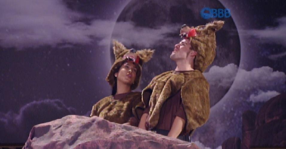15.mar.2015 - Rafael e Amanda cumprem castigo do monstro e uivam após a festa ser interrompida para eles cumprirem a tarefa