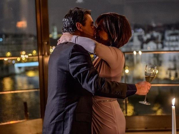 Beatriz (Gloria Pires) beija Evandro (Cássio Gabus Mendes) na noite de Ano Novo, em