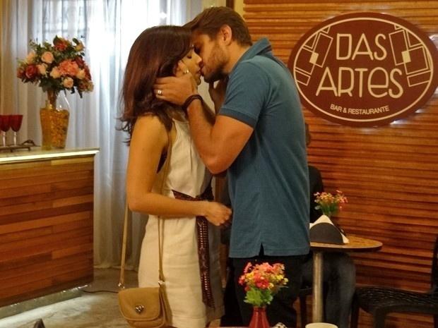 Itália (Sabrina Petraglia) e Cézar (Alejandro Claveaux) se beijam em