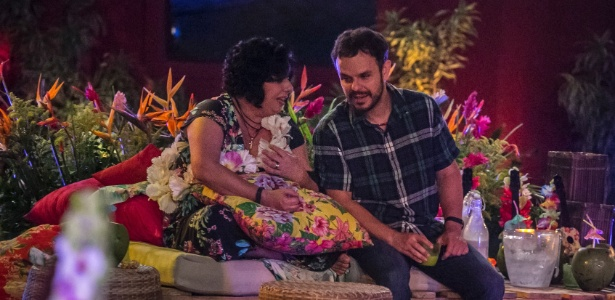 "13.mar.2015 - Durante festa Luau do ""BBB15"", Mariza e Adrilles conversam enquanto amanda curte a pista"