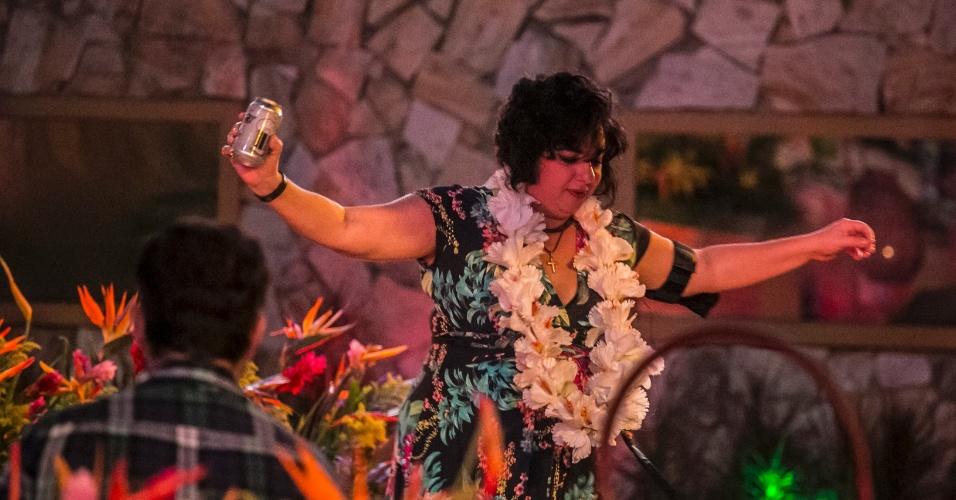 """13.mar.2015 - Mariza curte música do Rappa - Pescador de Ilusões em festa Luau no """"BBB15"""""""