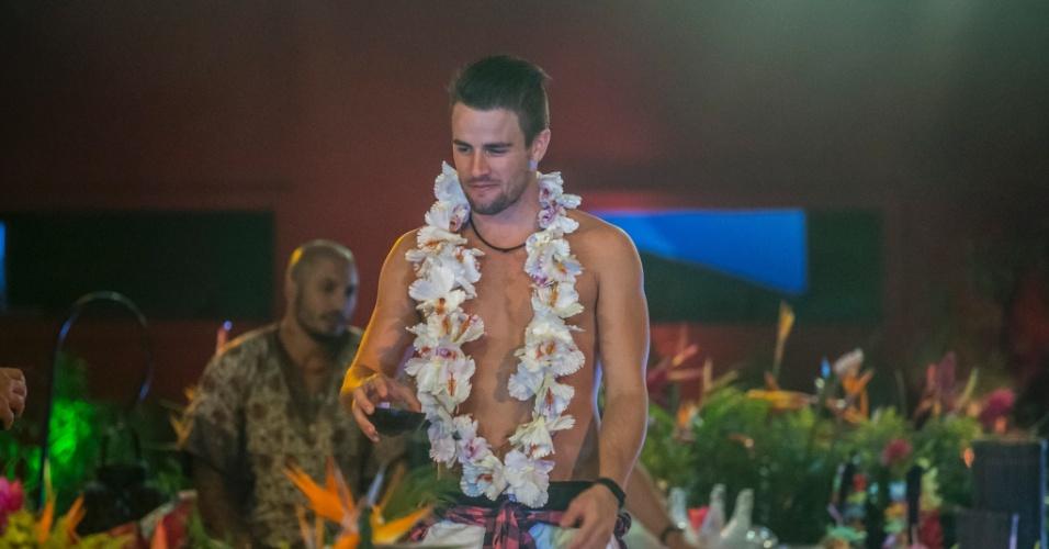 """13.mar.2015 - Sem camisa e com colar havaiano, Rafael curte festa Luau no """"BBB15"""""""