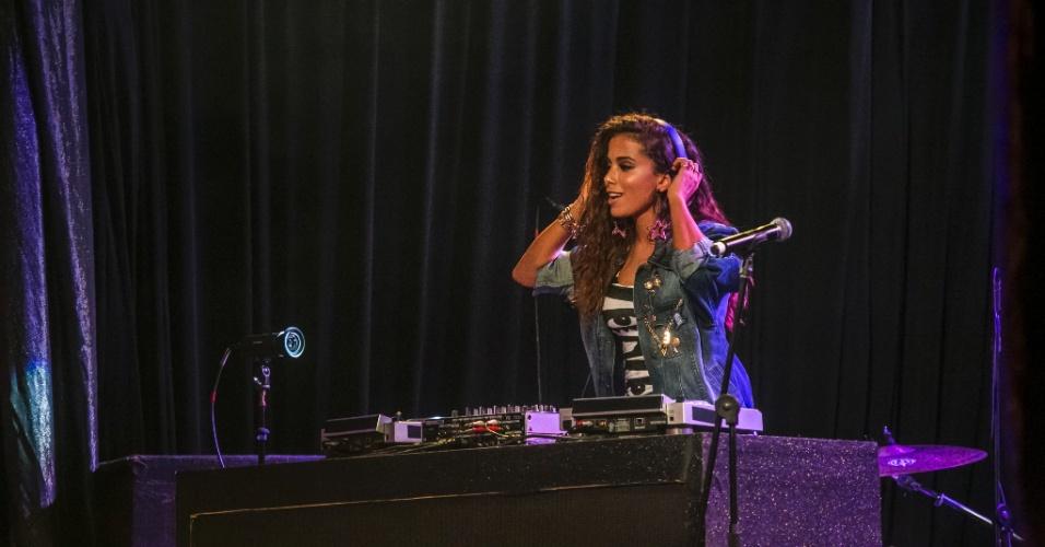 14.mar.2015 - Anitta ataca de DJ na festa Baila Carioca