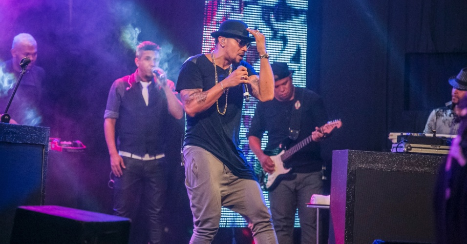 "14.mar.2015 - Naldo se apresenta para os brothers na festa Baile Carioca do ""BBB15"""