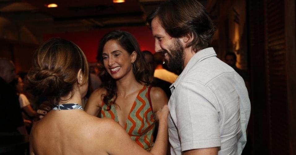 16.mar.2015 - Adriana Esteves abraça Camila Pitanga na festa para do capítulo de