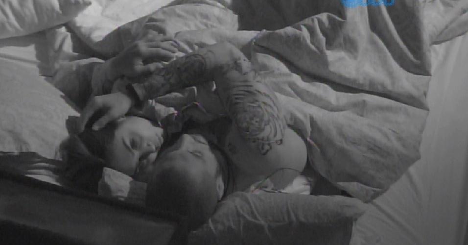 16.mar.2015 - Amanda e Fernando dormem juntos