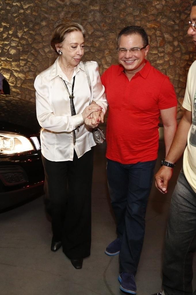 16.mar.2015 - Fernanda Montenegro chega acompanhada do novelista Ricardo Linhares na exibição do primeiro capítulo da novela