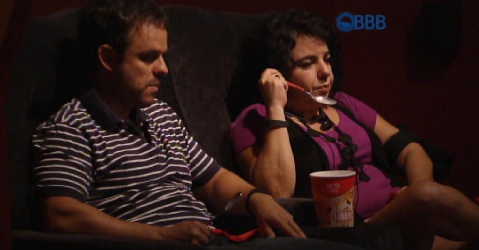 16.mar.2015 - Brothers ganham sessões de cinema com direito a a sorvete na área externa da casa.