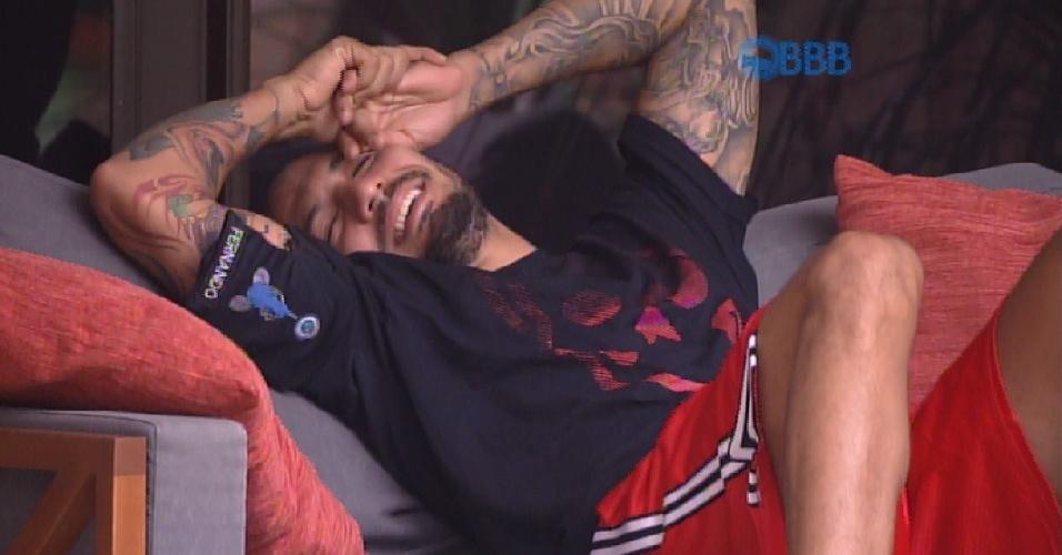 """16.mar.2015 - Fernando conta para Rafael que dormiu no pufe do quarto do líder esta noite. """"Por quê?"""", quis saber Rafael. """"Pra não arrumar confusão"""", responde o brother"""