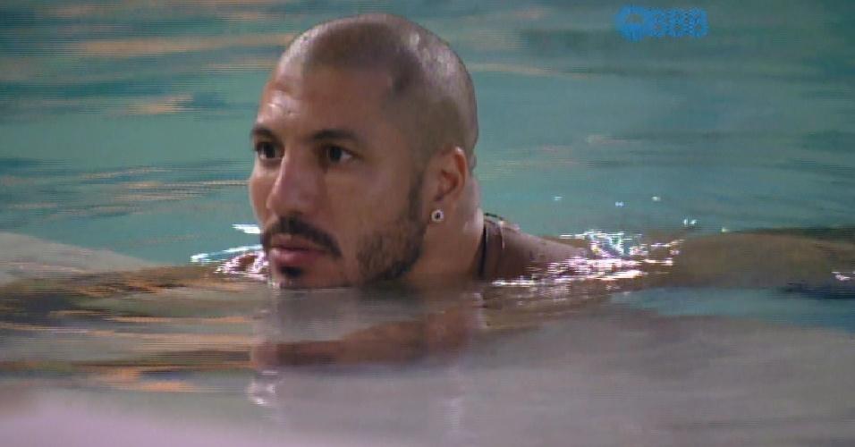 16.mar.2015 - Fernando quer convidar Cézar para sessão de cinema do líder a fim de vê-lo cair com contradição