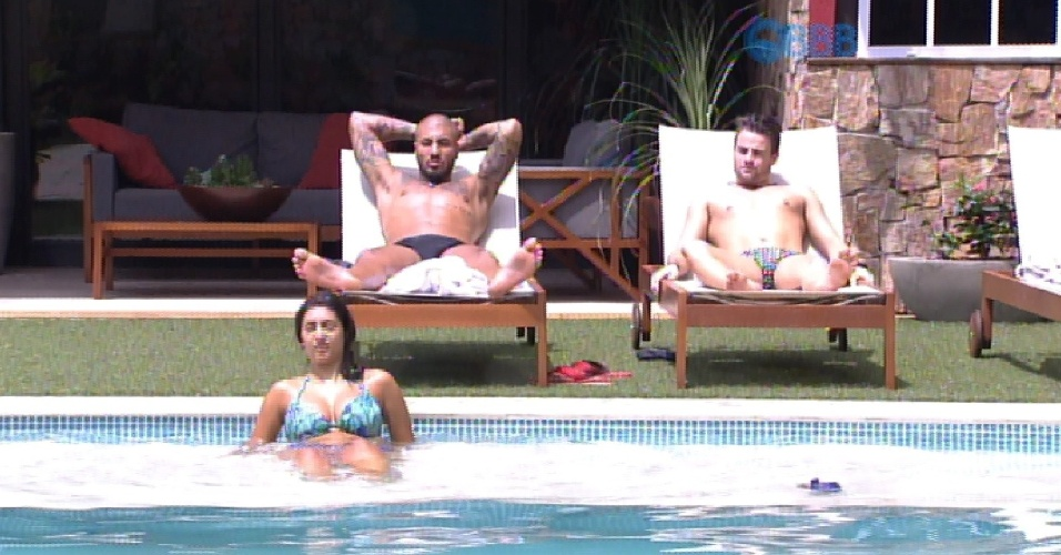 16.mar.2015 - Fernando, Rafael e Amanda tomam sol no início da tarde desta segunda-feira, na casa do