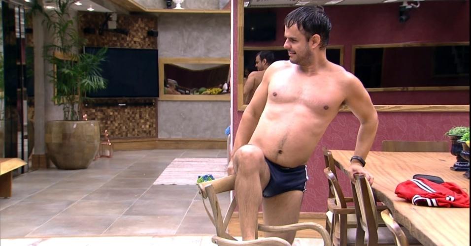 """16.mar.2015 - Logo após o banho, com o cabelo ainda molhado, Adrilles vai até à cozinha e faz uma pose apoiado na cadeira.""""A gente está comendo, Adrilles"""", reprova Fernando. """"Respeita a hora sagrada da comida"""", declara Amanda"""
