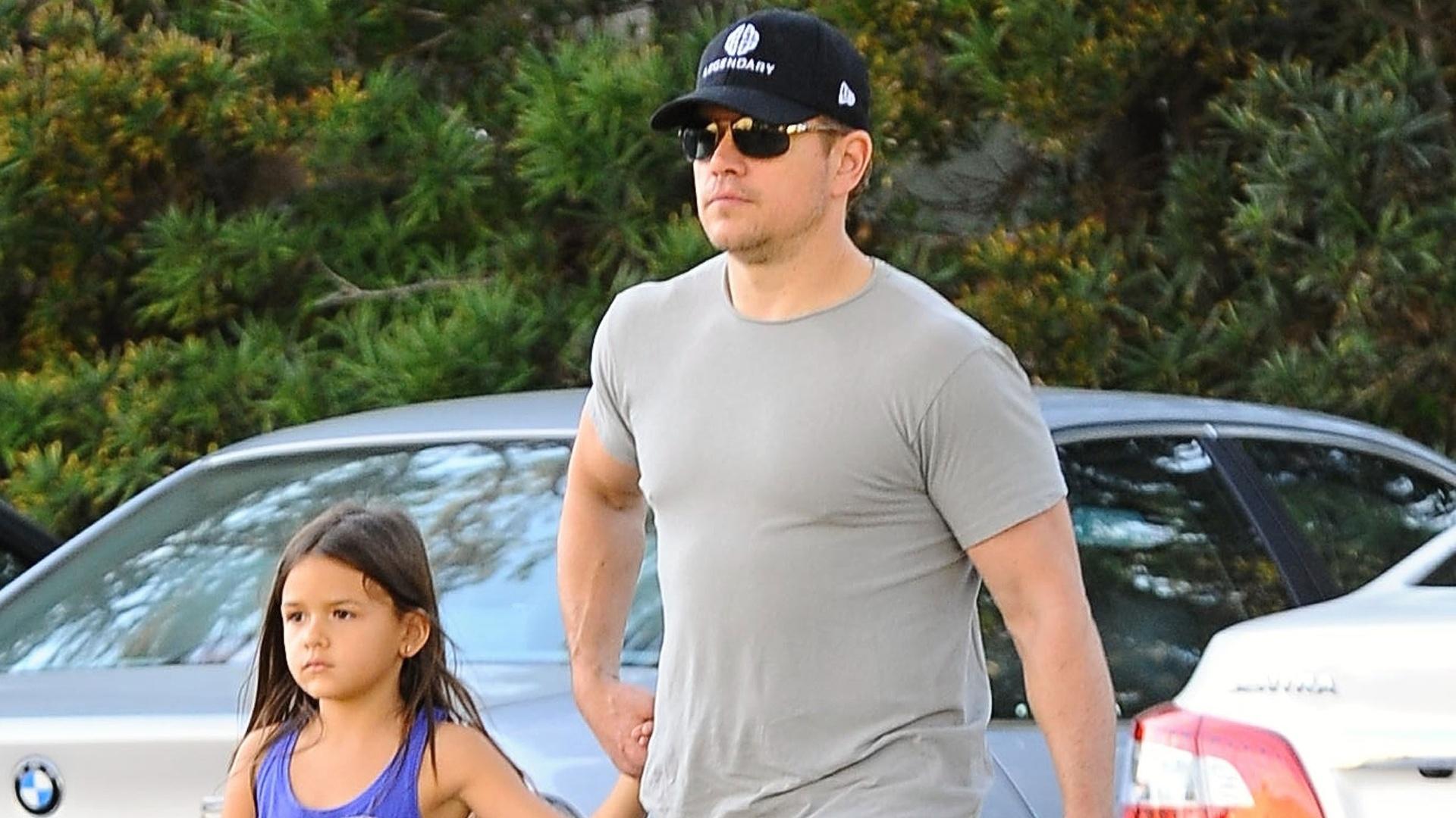 16.mar.2015 - O ator Matt Damon foi clicado enquanto passeava com a filha Gia