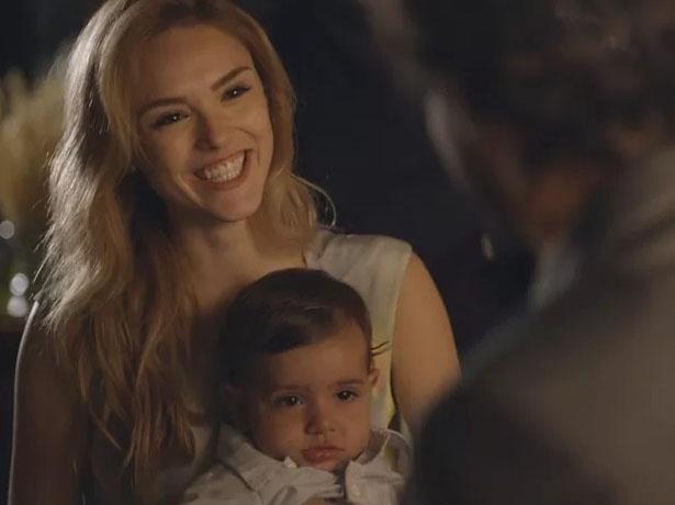 16.mar.2015 - Pedro (Jayme Matarazzo) e Júlia (Isabelle Drummond) se reencontram no casamento de  Lígia (Débora Bloch) e Vicente (Ângelo Antônio)