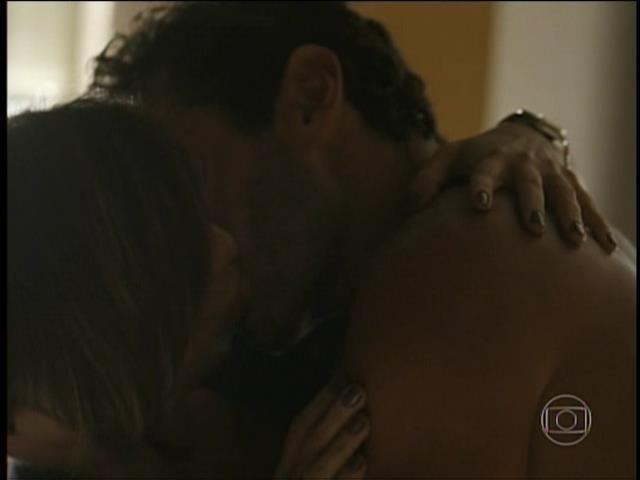 """Beatriz beija marceneiro no início do primeiro capítulo de """"Babilônia"""""""