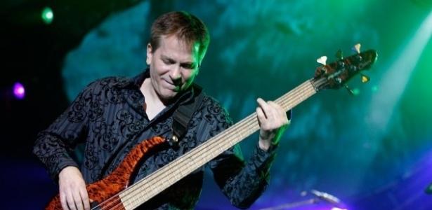 O baixista do Toto, Mike Porcaro, que morreu neste domingo