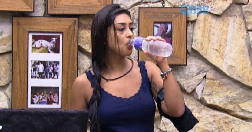 17.mar.2015 - Após dormir com Fernando no quarto do líder, Amanda bebe água ao acordar na manhã desta segunda-feira