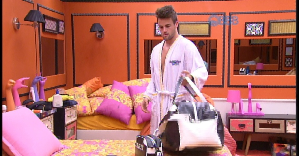 "17.mar.2015 - Emparedado, Rafael arruma as malas no quarto laranja do ""BBB15"""